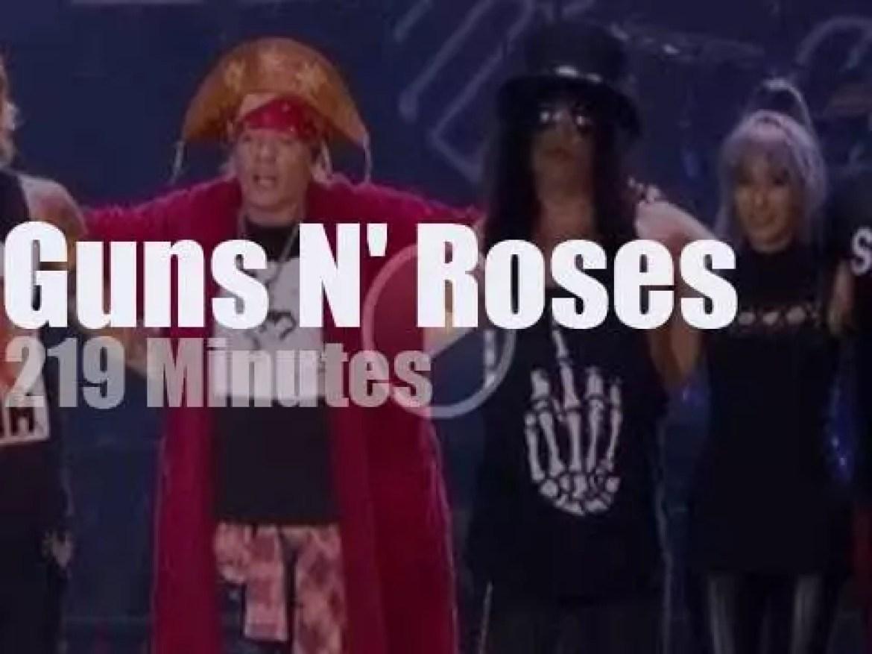Guns N' Roses rock' in Rio' (2017)