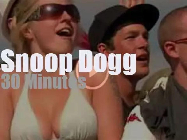 Snoop Dogg smokes it at Glastonbury (2010)