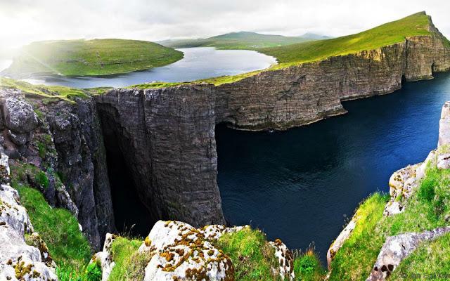 أماكن ساحرة - بحيرة Sørvágsvatn المعروفة باسم بحيرة Leitisvatn هي أكبر بحيرة في جزر فارو.