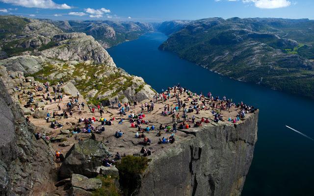 أماكن ساحرة - جرف حاد للغاية اسمه بريكستولن في Ryfylke في النرويج