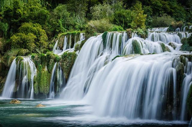 الشلالات المتتالية في حديقة كركا الوطنية في كرواتيا