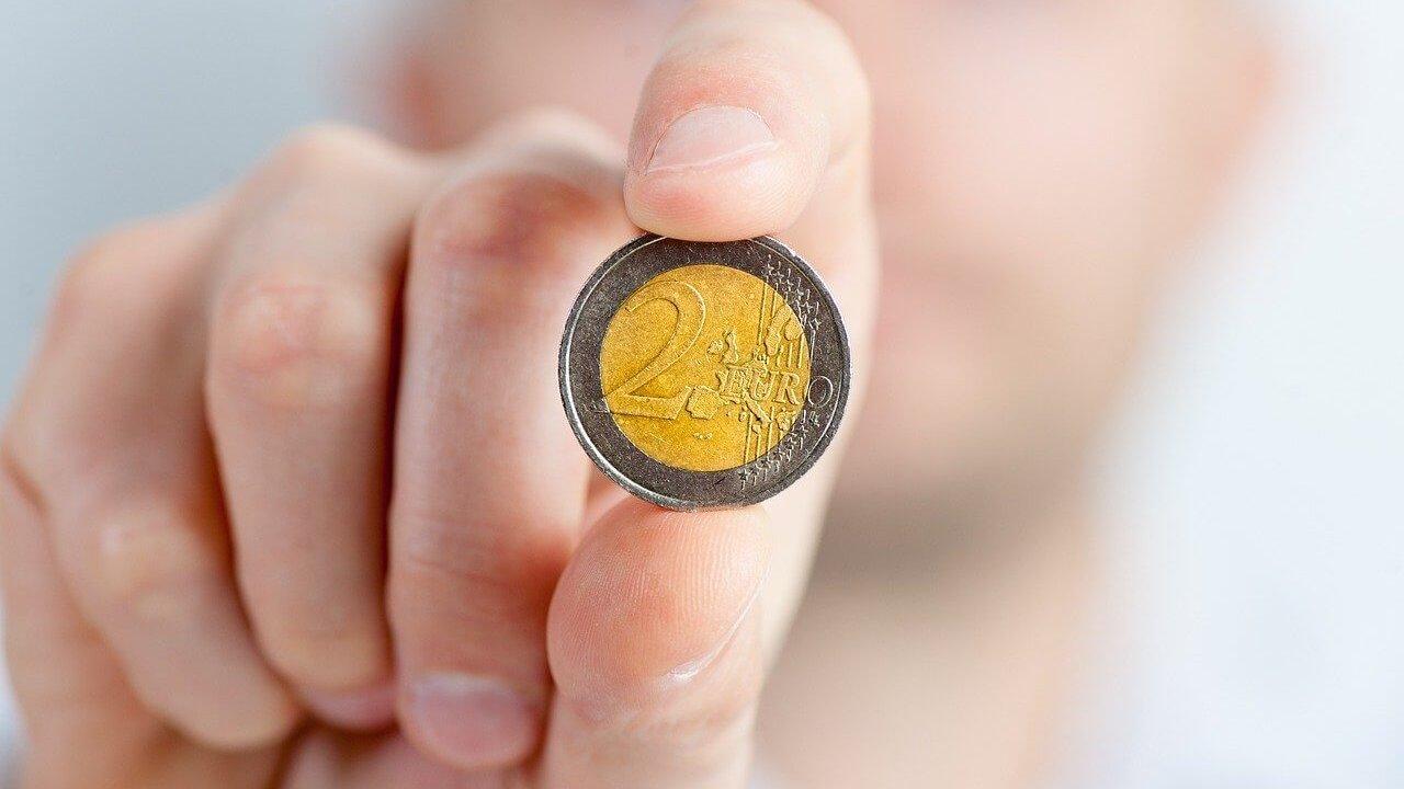 コインを摘む画像