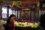 ここでは、花を供えてブッタに祈る。