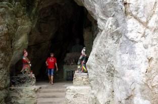 五行山の山腹には無数の洞窟があり、それぞれに仏がいる。