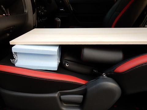 助手席の段差は、発泡スチロール製のブロックで埋めてます。