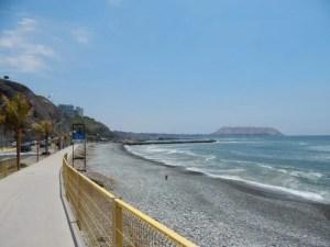 リマのミラフローレス地区の海岸沿い