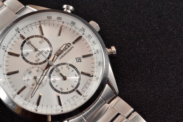 カジュアル要素の強い腕時計を社会人が身につけても問題ないのか調べてみました。