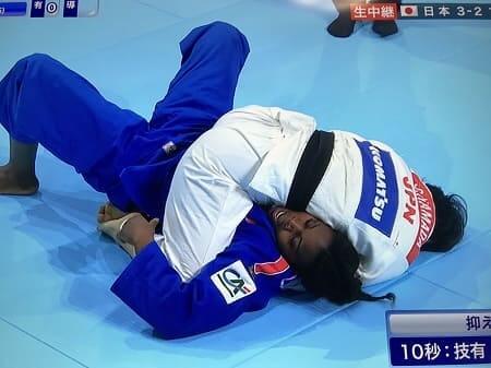 2019年世界選手権でマロンガに寝技をする濱田尚里