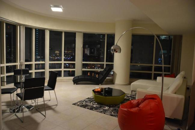 Luxury apartment w/ STUNNING view of Dubai Marina!