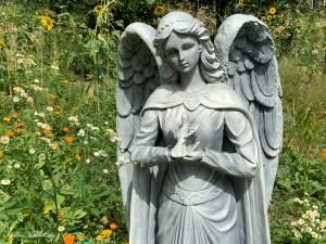 Statue d'ange dans un jardin