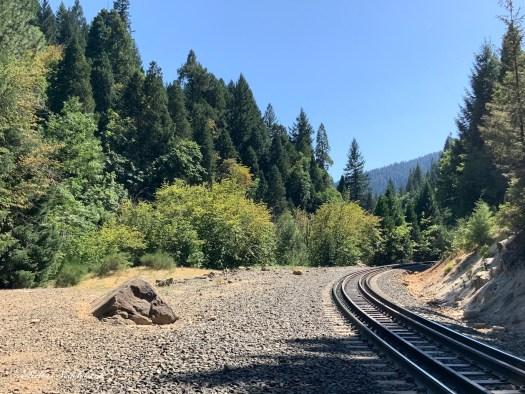 Chemin de fer dans la nature californienne