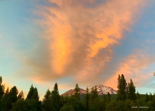 Coucher de soleil flamboyant au dessus du mon Shasta