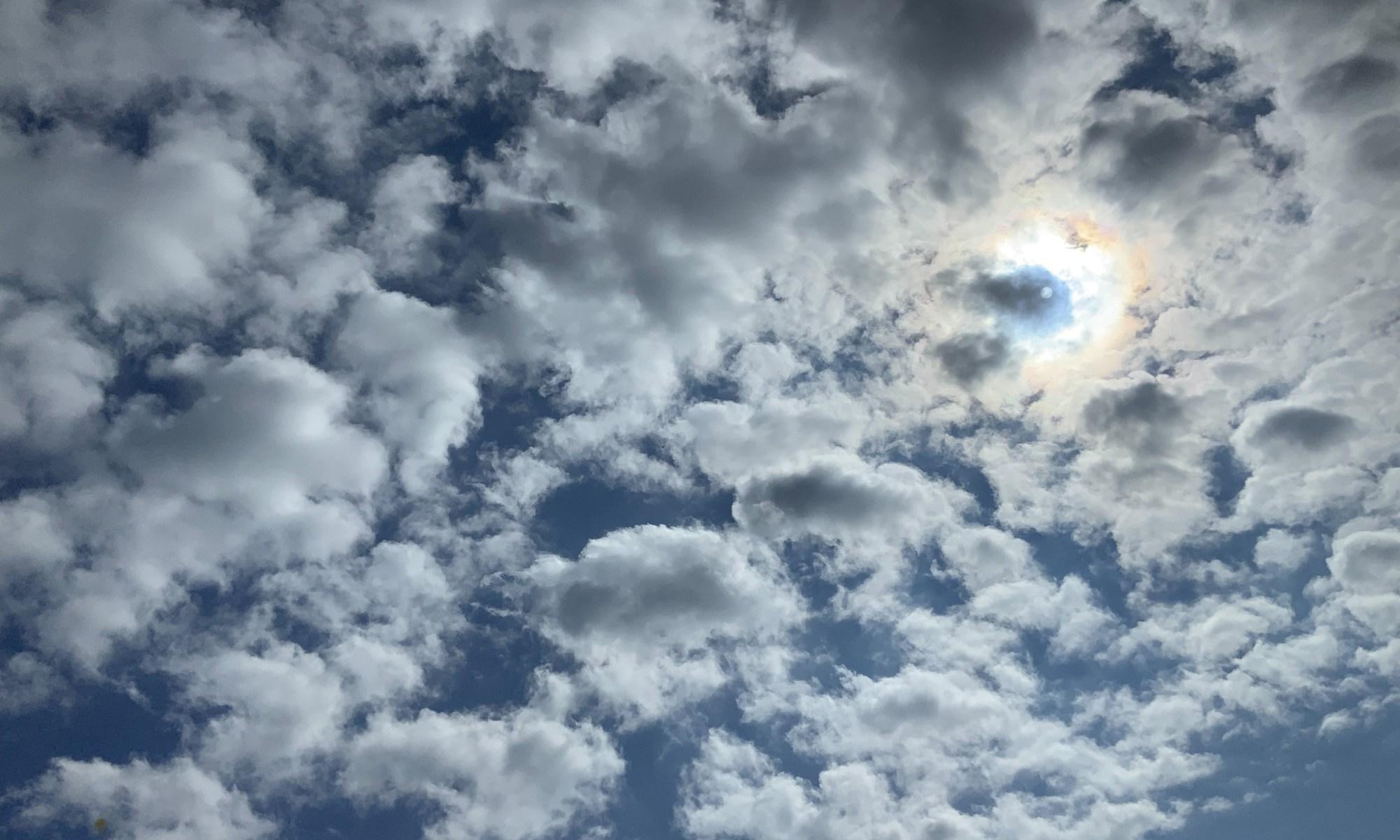 Soleil perçant les nuages en mouvement