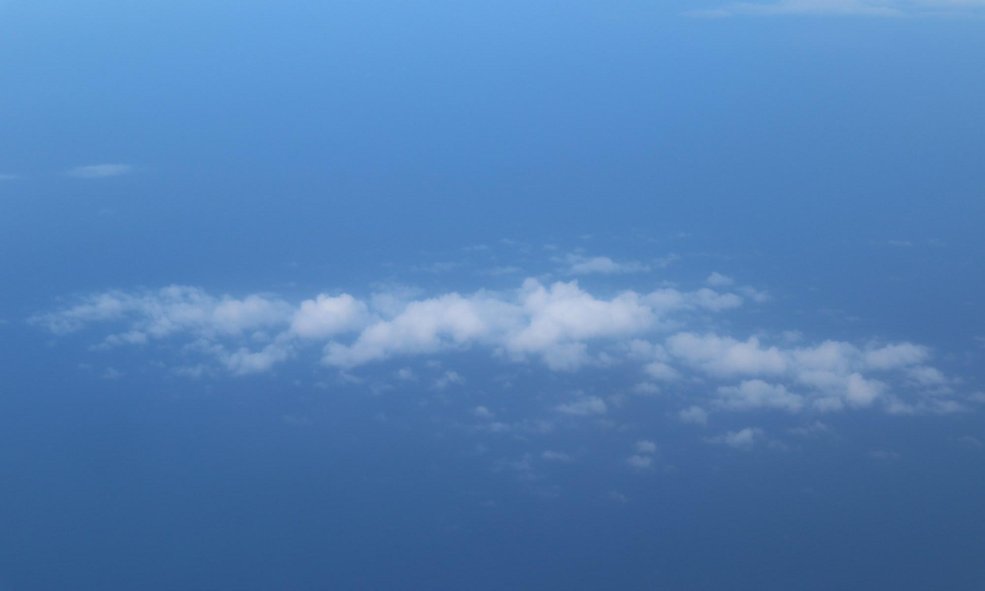 Petit nuage blanc dans le ciel
