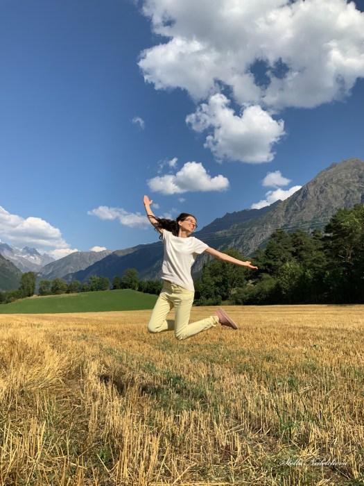 Sauter pour embrasser le ciel, paysage - champs de blé et montagne