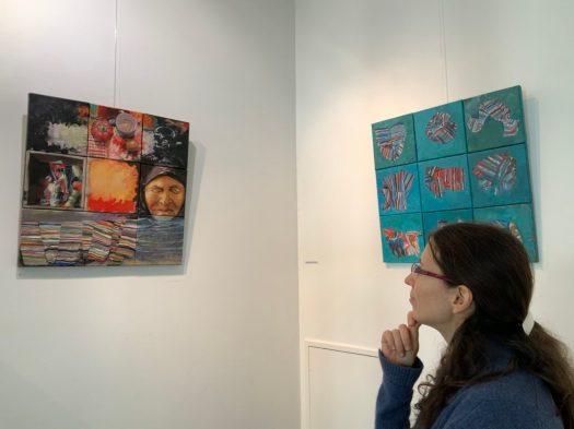 Jeune femme devant une peinture