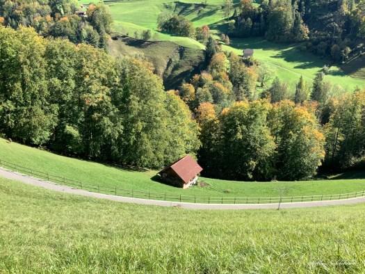 Chemin et maison dans un paysage de montagne