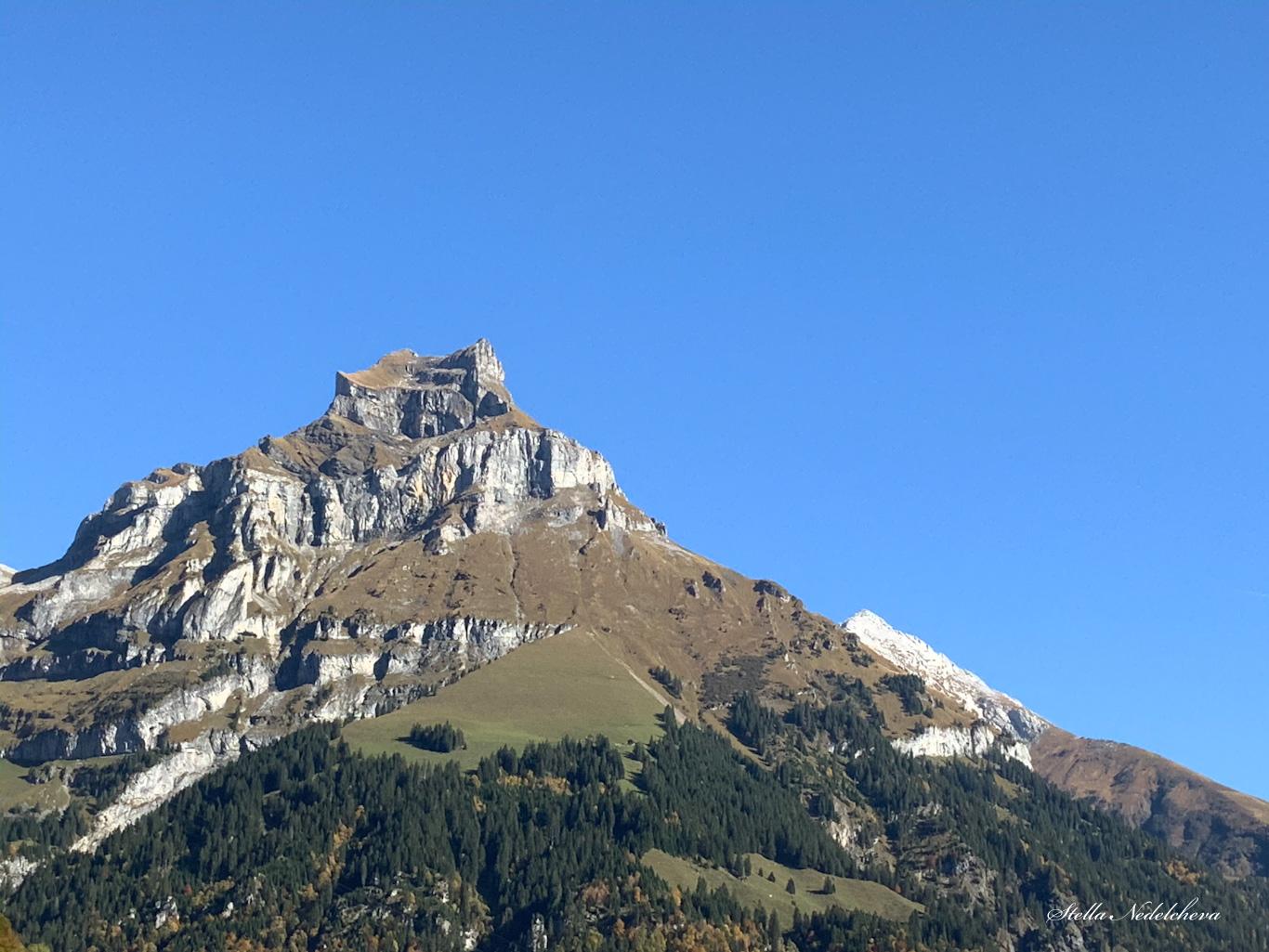 Sommet alpin sous le ciel bleu