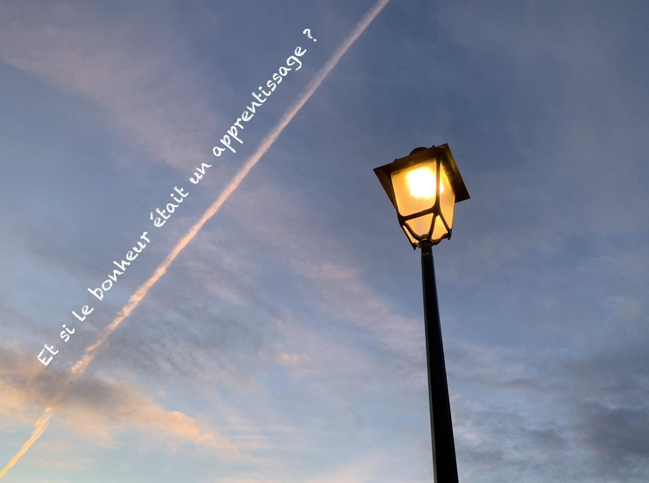 Citation sur un fond de ciel à la tombée de la nuit, éclairé par un lampadaire