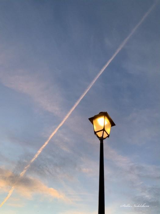 ciel à la tombée de la nuit, éclairé par un lampadaire