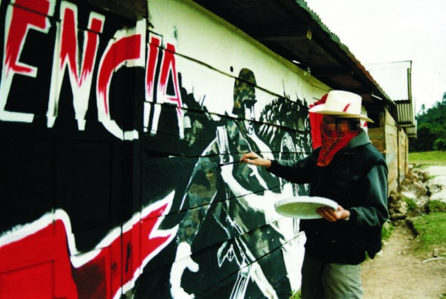 Salen a la luz fotos de un joven, enmascarado Banksy pintando un mural en  México (FOTOS) | HuffPost