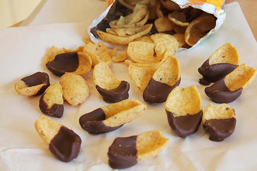 "<strong>Get the <a href=""http://www.bluebonnetbaker.com/2012/03/23/fritos-friday-chocolate-dipped-fritos-recipe/"" target=""_bl"