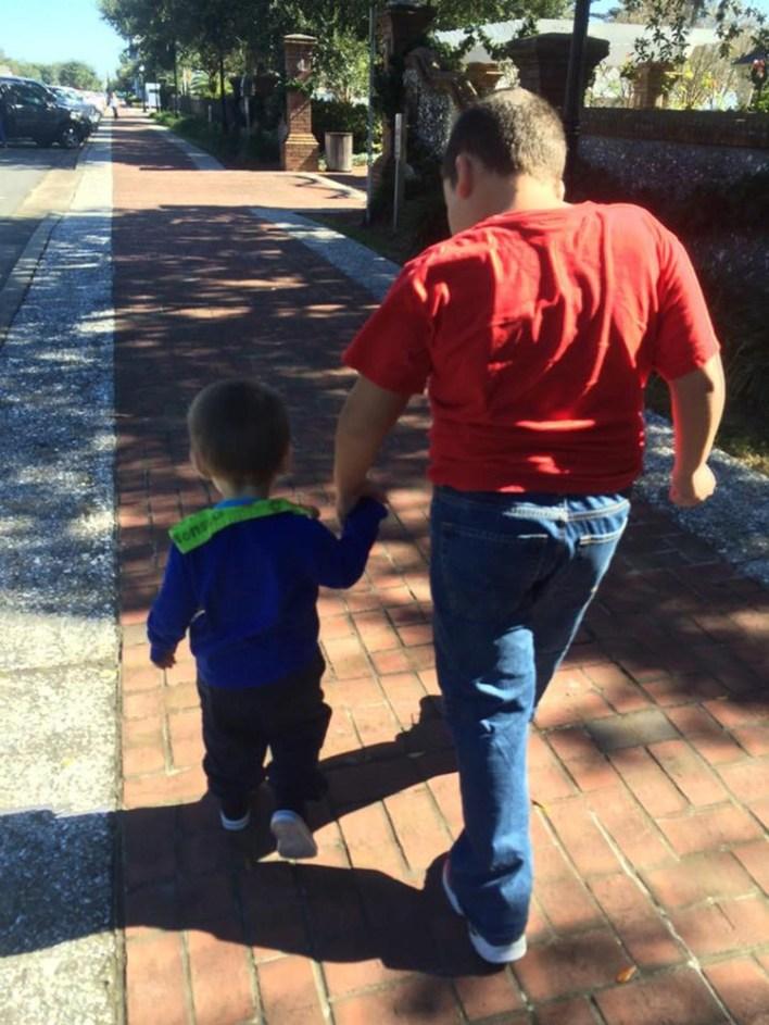 Είμαστε μία οικογένεια με δύο πανέμορφα παιδιά που βρίσκονται στο φάσμα του αυτισμού και για εμάς αυτισμός σημαίνει αγάπη.