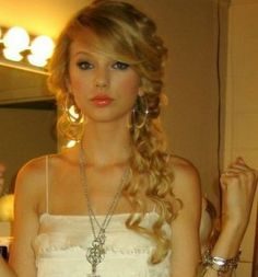 curly side ponytail prom hairstyles and i l ow its taylor swift but her hair is cute