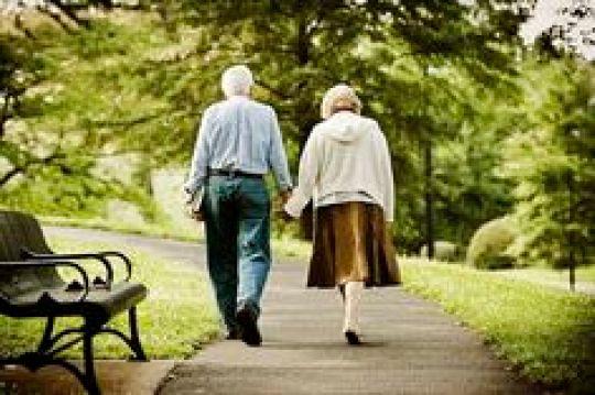 Casal caminhando no parque. iStockPhotos