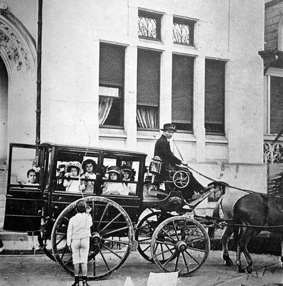 Transporte Escolar anos 1910, mostra um tio da perua, ou melhor, da carruagem, levando de volta para casa crianças do extintoColégio Des Oiseaux, em São Paulo: