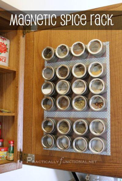Magnetische bakjes aan de binnenkant van een kastdeurtje op metalen plaatjes