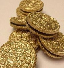 Oreos.....painted with edible spray paint. New Years Eve, gold 'coins' for kids pirate party, an Academy Awards party, or St. Patty's pot of gold. Endless possibilities.: