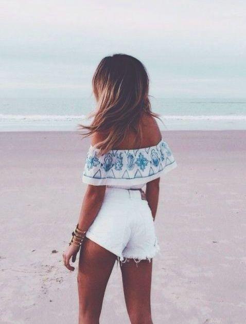 Short taille haute blanc et blouse épaule dénuées