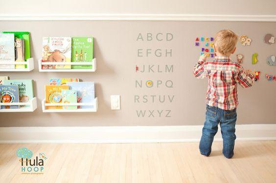 Brinquedoteca e/ou quarto montessoriano para bebês e crianças menores! Aqui tem mais ideias: http://mamaepratica.com.br/2015/05/08/10-ideias-legais-de-quartos-montessorianos/: