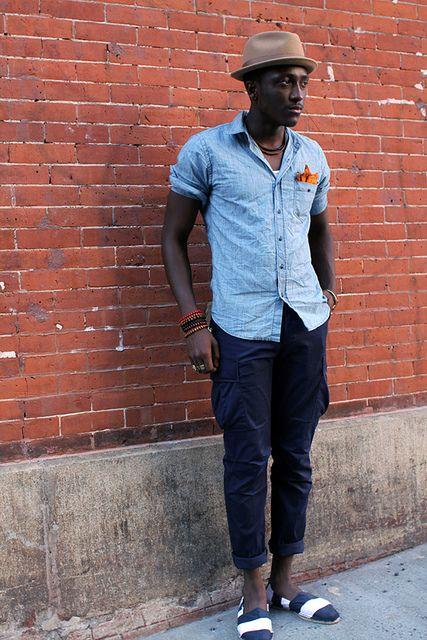 アンクルレングスのカーゴパンツにシャンブレーシャツのアメカジstyle