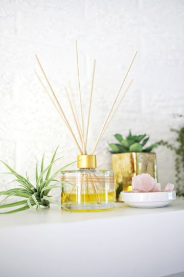 Make your own essential oil diffuser! (click through for tutorial):
