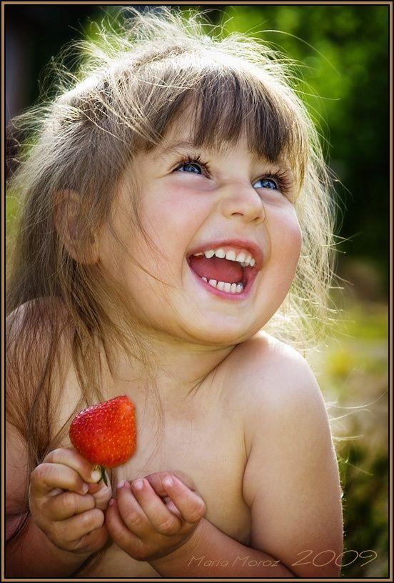 Poder de um Sorriso Um sorriso não custa nada, mas cria muitas coisas. Dura só um momento, mas sua lembrança perdura pela vida a fora. Não se pode comprá-lo, mendigá-lo, pedi-lo emprestado ou roubá-lo. Não tem utilidade enquanto não é dado. E por isso se no seu caminho encontrares uma pessoa por demais cansado para lhe dar um sorriso, deixa-lhe o seu, pois ninguém precisa tanto de um sorriso quanto aquele que não tem mais um a oferecer. Seu sorriso será tão precioso para esta pessoa que no m...: