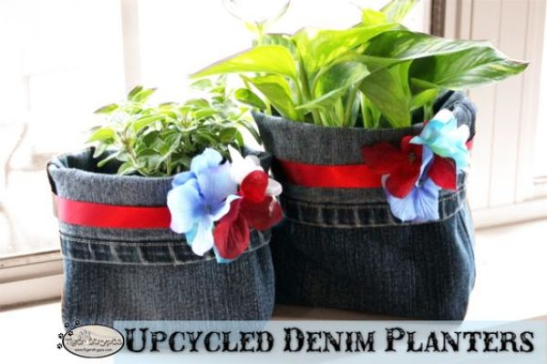 Make Some Upcycled Denim Planters #DIY #Craft I have a bunch of old pants laying around, hoping to some day become something else. I remember years ago...: