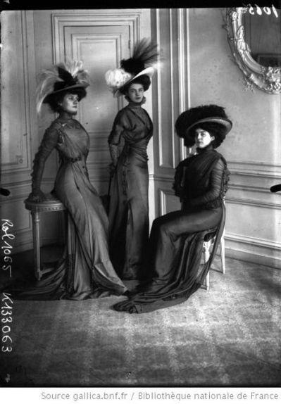 Trois élégantes en toilette (Agence Rol), 1908.: