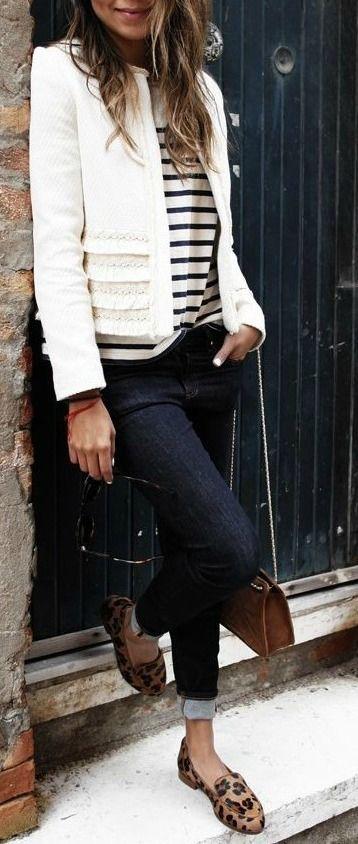 Moda jeans oscuro blusa de rayas saco blanco y zapatos de animal print: