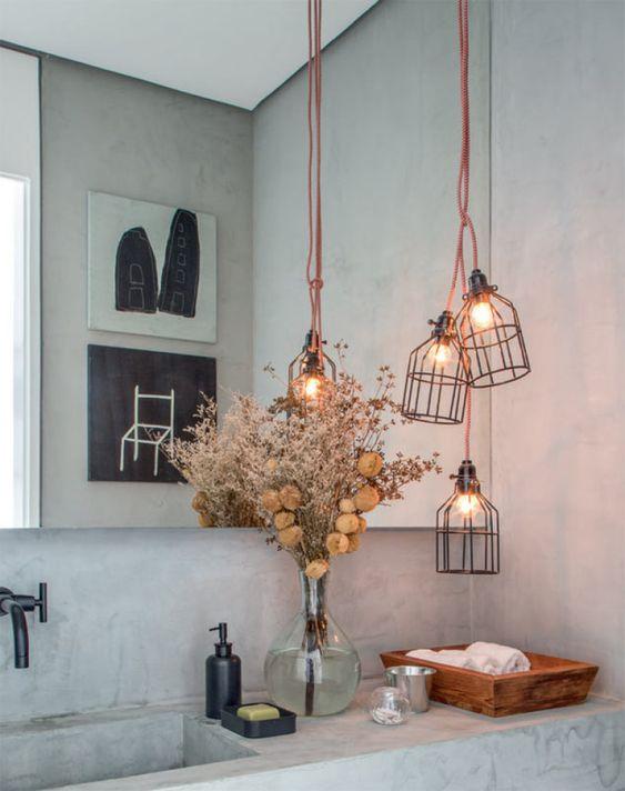 Luminárias no estilo industrial (Etsy) deixam o lavabo descolado.: