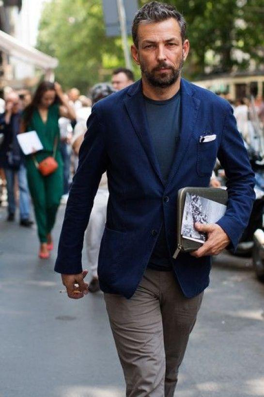 Contraste de cores e blazer usado com camiseta. Homens maduros e super charmosos Dicas de estilo e looks masculino para trabalhar e para ocasiões especiais: