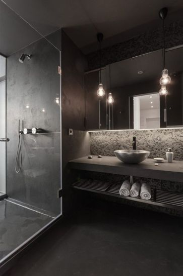 #reforma #baño de color carbón, lavabo sobre encimera de obra, acabados microcemento, zona de ducha con cerramiento de vidrio.: