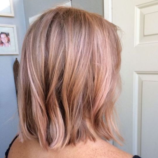Subtle hints of blong is really cute with rose gold hairstyles!