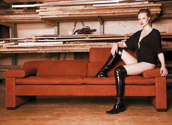Model Katharina Mit Langen Stiefeln Am Sofa Modell Shiva