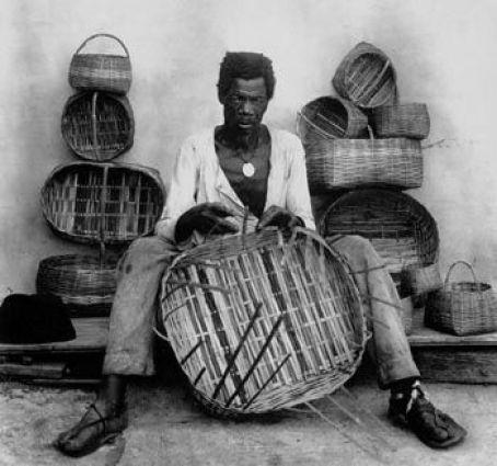 Cesteiro no Rio de Janeiro, em 1889. Com o fim da escravidão, os negros libertos buscavam meios de obter uma renda. Foto de Marc Ferrez.:
