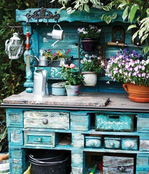 Móvel antigo reaproveitado com pátina. Móvel de madeira antigo no jardim. Jardim romântico. Jardim vintage.: