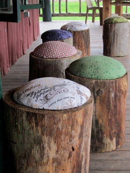 alcuni tronchi tagliati sono stati trasformati in comodi ed originali sgabelli