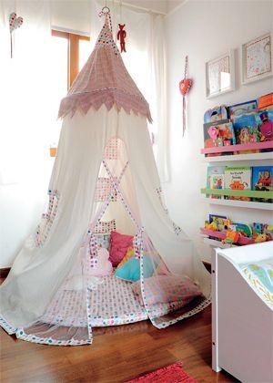 Quer coisa mais gostosa que uma cabaninha para se jogar e ler? da Maria Florzinha, a tenda foi turbinada com tecidos da Petit retrô. e fica prático pegar os livros infantis nas prateleiras do painel ao lado, instalado junto à parede: