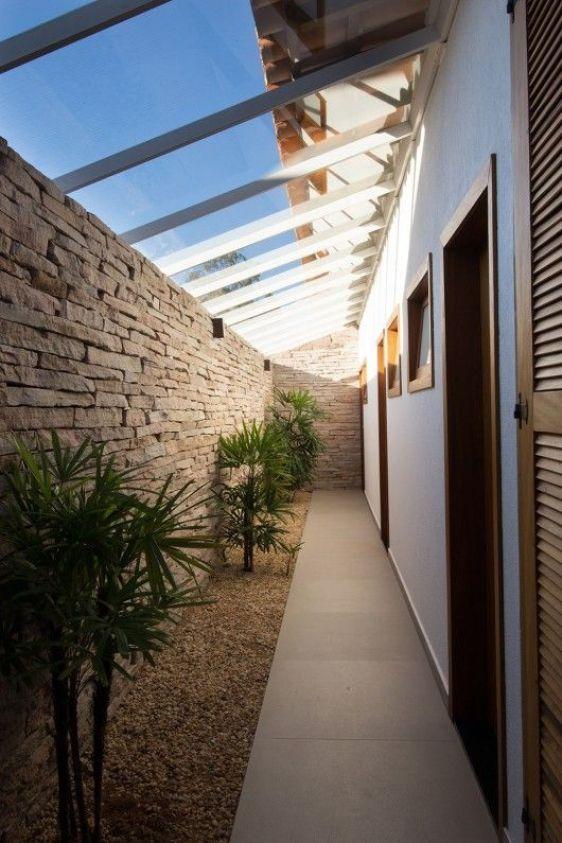 corredor atrás da casa, telhado de vidro, plantas, conceito de portas e acessibilidade.::